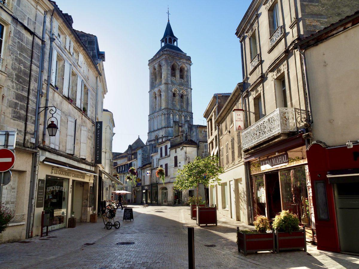 Cognac er en by med 20.000 indbyggere og en flot bymidte fra middelalderen med brostensbelagte gader (foto: Kenneth Karskov)