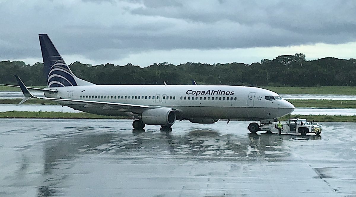 Copa Airlines flyet fra Panama på ruten til Santiago i Chile - set gennem lufthavnens farvede glasruder
