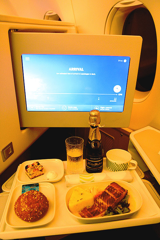 Finnair-Business-Class-dinner-A350