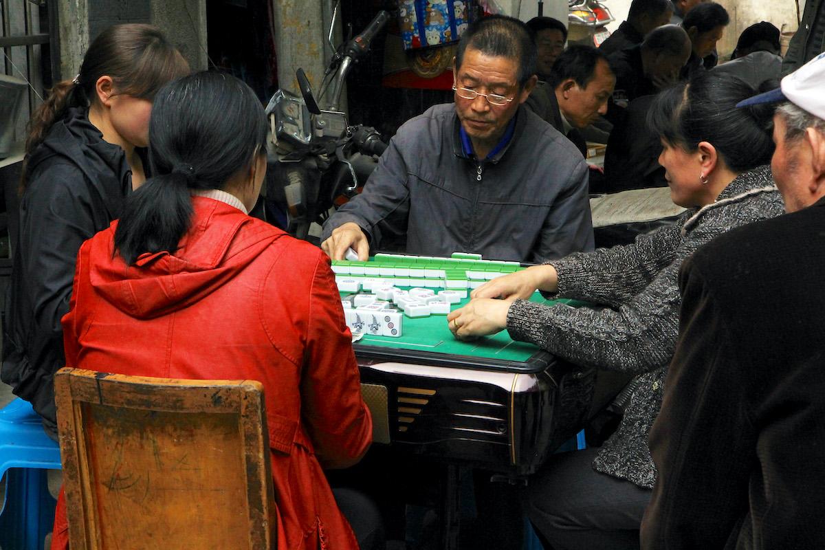 En gruppe kinesere er samlet på gaden i Wuhan over et spil Mahjong (foto: Kenneth Karskov)