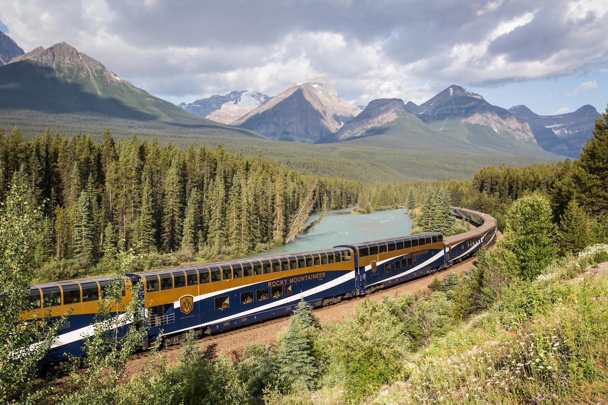 En tur med Rocky Mounteneer er en af denne verdens ikoniske togrejser. Her går turen igennem Canadas vilde natur (foto: Rocky Mountains)
