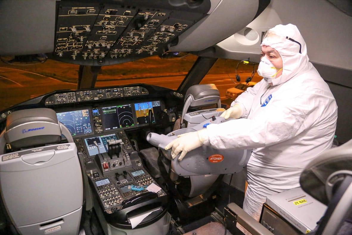 Dreamliner flyets cockpit bliver grundigt desinficeret og steriliseret (foto: Royal Jordanian)