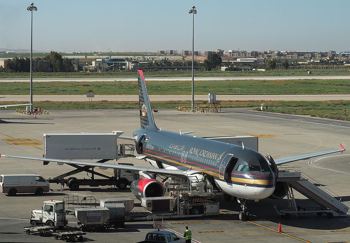 Royal Jordanian RJ115 i Amman Airport