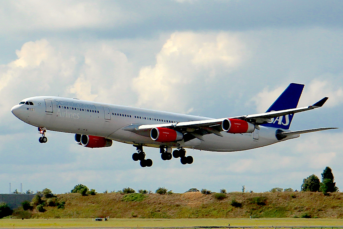 SAS Airbus A340 lægger an til landing i Københavns Lufthavn (foto: Kenneth Karskov)