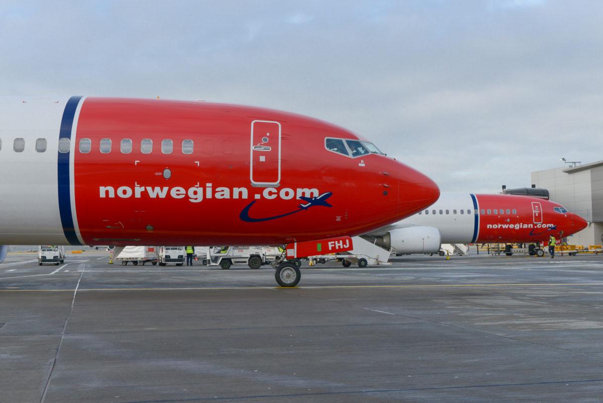 Norwegian Boeing 7373-800 parkeret i Gatwick (foto: Simon Wright)