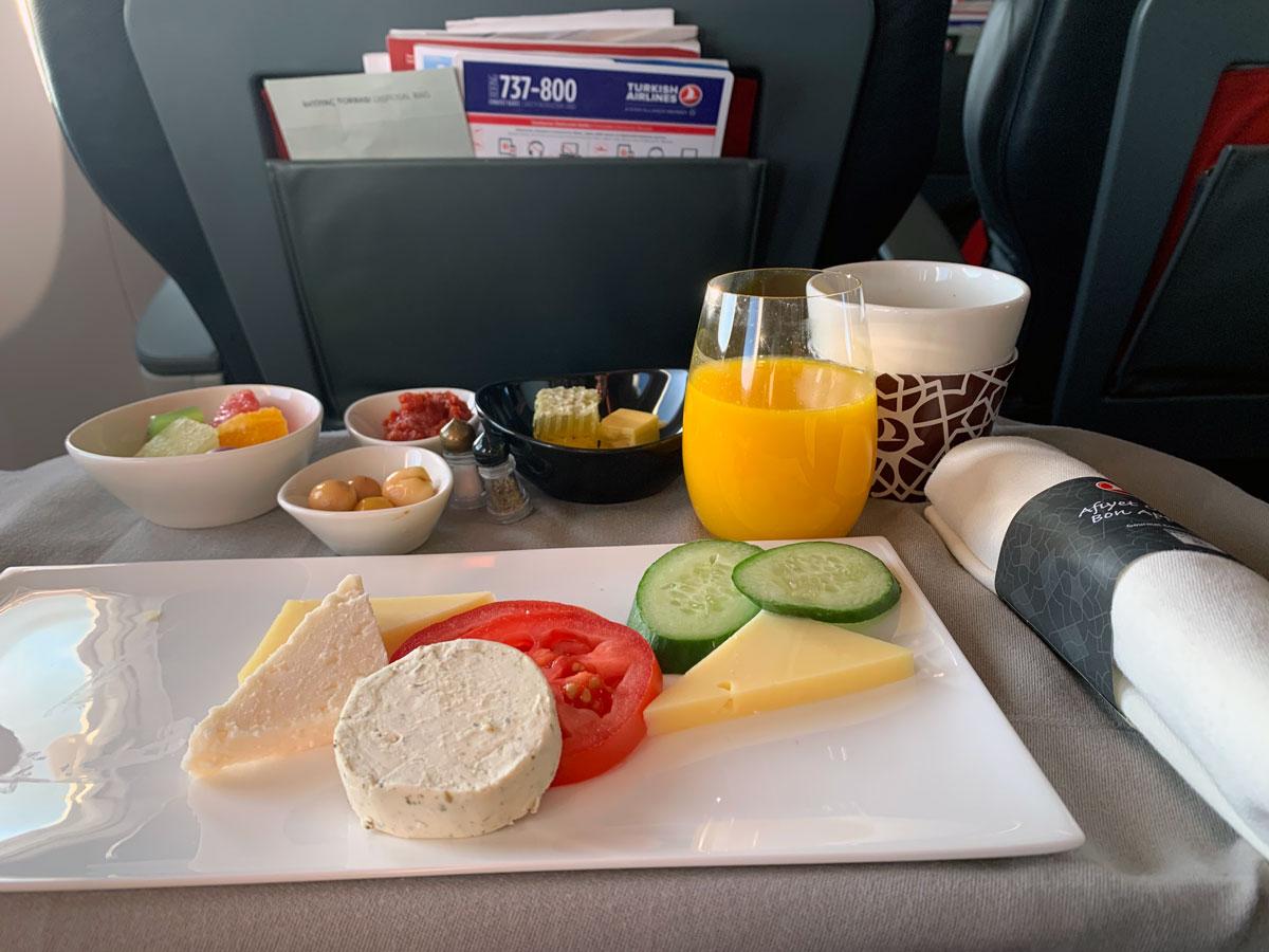 Morgenmad på Turkish Airlines flyet fra København til Istanbul (foto: Kenneth Karskov)
