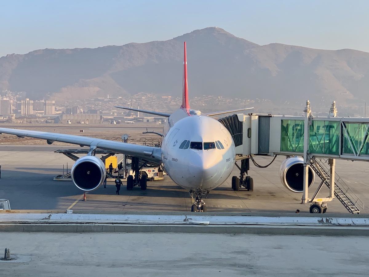 Turkish Airlines Airbus A330 flyet med Kabuls bjerge i baggrunden (foto: Kenneth Karskov)