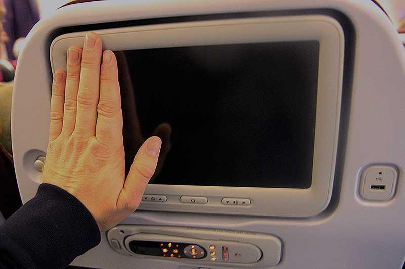 Det nye Thai fly har en god, stor skærm. Du kan selv starte og stoppe filmene. Bemærk også USB stikket.