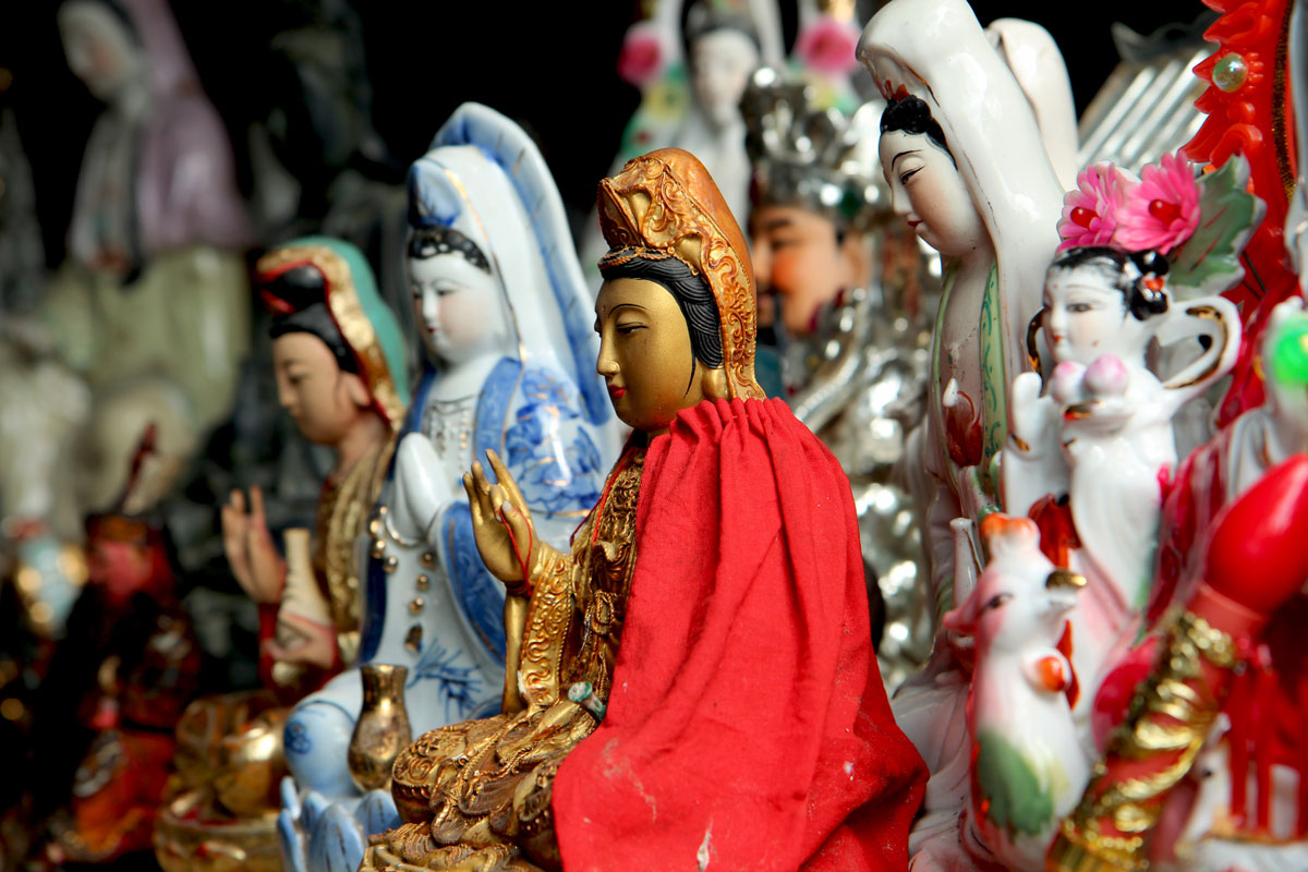 Xiamen er en by i Sydkina, som byder på det mest charmerende ved Kina. Disse statuer står ved byens smukke Nanputuo Tempel (foto: Kenneth Karskov)
